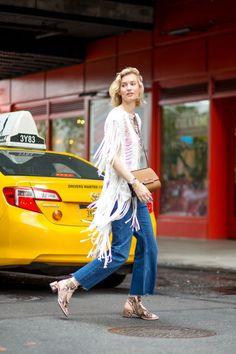 NYFW street style, franjas, cropped jeans, bolsa a tiracolo, sandália salto baixo Street Style 2016, New York Fashion Week Street Style, Fashion Week 2016, Spring Street Style, Nyc Fashion, Cool Street Fashion, Street Style Looks, Street Chic, Street Style Women