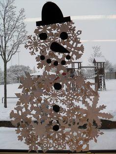 Fensterschmuck aus vielen geschnittenen Schneeflocken