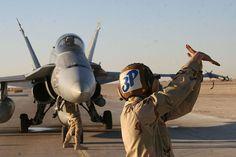 ファイル:米海軍051124-M-2147S-002米海軍航空マシニストメイトエアマンレビファックラーは、FA-18C Hornet.jpgのパイロットに手信号を介して通信