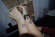 Los tatuajes en pareja son muy populares. Hay diseños muy románticos y divertidos para elegir; en este artículo encontrarás una gran cantidad de opciones: tatuajes grandes y pequeños, tatuajes sencillos o complejos, tatuajes iguales para ambos o con diseños diferentes y complementarios. Mira las fotos de este post para encontrar el tatuaje de parejas ideal para ustedes dos, pero antes… Antes de decidir un tatuaje en pareja Como sucede con todos los tatuajes en realidad, antes de tomar la...