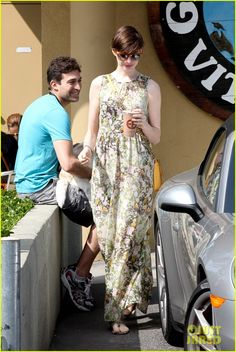 Anne Hathaway: 'Les Miserables' Hits Stores This Friday!: Photo Anne Hathaway and her husband Adam Shulman take their beloved pet pooch Esmeralda for a walk on Saturday (March in Hollywood Hills, Calif. Anne Hathaway Les Miserables, Anne Hathaway Style, Old Actress, Hollywood Celebrities, Pretty Photos, Mom Style, Beautiful People, Street Style, Short Hair