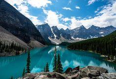 LE LAC MORAINE : lac de montagne situé dans le Parc national de Banff dans la province de l'Alberta au #Canada. Il est situé à 14 kms du village de « Lac Louise ». Il s'étend sur un demi-kilomètre carré dans la « Ten Peaks Valley », à une altitude de 1 885 mètres. Le lac Moraine est ainsi nommé d'après les moraines (des débris de roches, cailloux, galets et sable) déposées par le glacier Wenkchemna, lors de sa fonte. Ce sont ces moraines qui donnent au lac sa couleur #turquoise. Merci B…