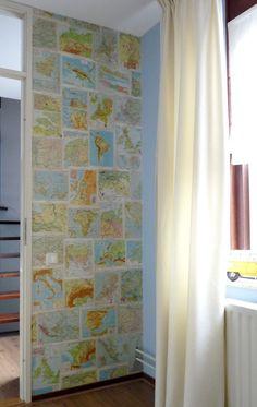 Bij de kringloopwinkel heb ik enkele atlassen gekocht en een muur in ons huis behangen met alle werelddelen welke wij bezocht hebben voor een vakantie of voor werk.