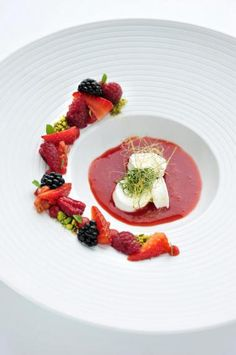 Rood fruit met île flottante, dropplant en basilicum http://njam.tv/recepten/rood-fruit-met-ile-flottante-dropplant-en-basilicum