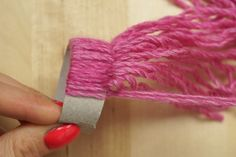 Elle fait des noeuds de laine sur un rouleau de papier, le résultat est incroyablement mignon!