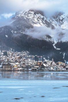 Cidade de Alleghe, na região do Vêneto, na Itália.