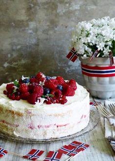 cake with berries Norwegian Food, Norwegian Recipes, Berries, Cheesecake, Goodies, Dishes, Chocolate, Baking, Sweet