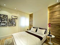 Fernanda Marques valorizou a cabeceira da cama com aplicação de madeira e iluminação embutida. A parede lateral ganhou dinamismo com quadros de tamanhos e formatos distintos, assim como mesa lateral agregou modernidade à decoração. Informações: (11) 3849-3000  Foto: Divulgação