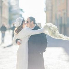 A cozy winter wedding in Italy, with a beautiful bride in  a wool wedding dress and a stunning gypsophila bouquet. (in italian)