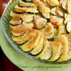 Patate e zucchine gratinate, un contorno gustosissimo, povero di grassi! si prepara semplicemente e si abbina sia a piatti di carne che di pesce. Veggie Dishes, Veggie Recipes, Vegetarian Recipes, Healthy Recipes, Chicken Recipes, I Love Food, Good Food, Easy Cooking, Cooking Recipes