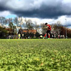 Schuss unter den Blicken von #bullshittv #FussballMitBiss #Fußball #Fussball  #Sponsoring #prodente #trikotsponsoring #werbung #zähne #zahngesundheit #Spieltag #Aufstieg #Rückrunde #Aufstiegsrunde #Soccer #Football #matchday #match #prodente #Kunstrasen #U13 #DJugend #field #goal #whistle #kickoff
