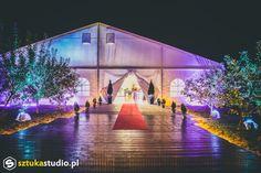Przyjęcie weselne w namiocie.