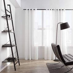 Le moyen idéal de décorer vos fenêtres tout en laissant la lumière s'infiltrer à travers la pièce. Votre pièce aura une touche de charme et de simplicité avec ces rideaux blancs de la Collection Colibri. Agencez-le à un triangle à rideaux décoratif ou standard pour un look moderne et classique. Chaque panneau est vendu individuellement. Room Darkening Curtains, Panel Curtains, Bouclair, White Sheer Curtains, Modern Windows, Felder, House Windows, Living Room Modern, Transparent