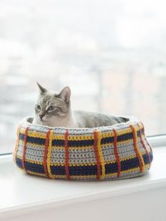 Free Crochet Pattern: Curl-Up Kitty Cat Bed