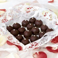 Eleganta kulor med både nougat och marsipan täckta med mörk choklad.