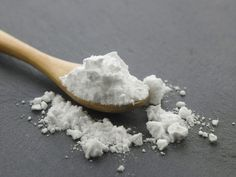 Aceto e bicarbonato sono praticamente due prodotti multiuso e tuttofare per le pulizie di casa, smacchiano i tessuti e aiutano a fare detersivi fai da te.