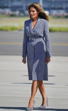 When in Doubt, Wear a Coat Dress from Melania Trump's Style, Decoded Oftentimes, especially when she's traveling, you'll see the FLOTUS wearing coat dresses as her main piece. Lazy or genius style trick? Old Hollywood Style, Hollywood Fashion, Milania Trump Style, Melina Trump, Executive Woman, Fashion Models, Fashion Outfits, Men's Fashion, First Lady Melania Trump
