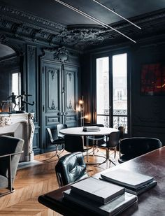 Cool interior design with dark colours for the Gentleman's studio!