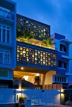Cette maison semi-fermée a été construite en plein cœur d'Ho Chi Minh. Les architectes Vo Trong Nghia avec l'aide de deux autres architectes,  Sanuki et Nishizawa, ont créé cette maison. Ils devaient faire face à deux problématiques, la première étant de créer une maison pour un couple et une famille et la second étant de faire face au défauts des villes et celui de mettre en avant le coté « vert » de la maison car elle est située près de la rivière Saigon Zoo. #architecture #house #vietnam