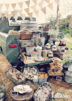 www.kamalion.com.mx - Mesa de Dulces / Candy Bar / Postres / Blanco / Brown / Crudo / Beige / white / Country / Rustic Decor / Decoración / Truck / Camioneta antigua / Boda / Wedding / Campirano / Paja / Barril / Carretes / Wood / Metal Tub / Cubetas.