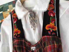 (1) FINN – Hallingbunad / hallingstakk med tre skjorter og belte - NY PRIS!