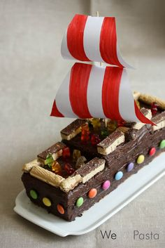 Piratenschiff-Kuchen für Kindergeburtstage (Cake decorated as pirate ship)