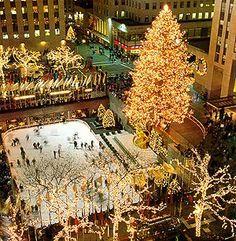 Navidad en el Rockefeller Center, con la  pista de patinaje ocupando el centro de la Rockefeller Plaza, presidida esta por el enorme arbol de navidad iluminado por mas de 45.000 luces