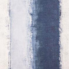 No fundo branco do tecido são pintadas riscas largas em tons de azul marinho. Perfeito para contrastes e coordenados. Apropriado para estofo, almofadas e cabeceiras de cama.