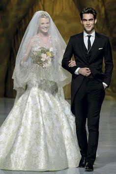 Anne V e Jon Kortajarena no desfile da Pronovias. #casamento #fatos #noivo