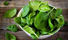 Spinach Spinach is full of wrinkles combat of nutrients such as beta-carotene, vitamin E, vitamin C, and glutathione. High Protein Vegetables, Raw Vegetables, Gardening Vegetables, Diabetic Recipes, Healthy Recipes, Healthy Foods, Spinach Health Benefits, Spinach Nutrition, Cucumber Benefits