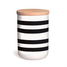 Der charakteristische Streifenlook der Omaggio-Serie von Kähler ziert auch diese Keramikdose. In dieser Keramikdose lassen sich alle Lebensmittel wie Reis, Müsli oder Pasta aufbewahren. Die trendigen Zebrastreifen mit Holzdeckel passen in jede Küche, und lassen sich optisch einfach mit anderen Küchenaccessoires kombinieren.
