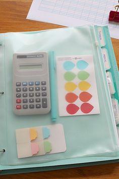 Folios, separadores con etiquetas, etiquetas de prioridad o pago/pendiente de pago, post it
