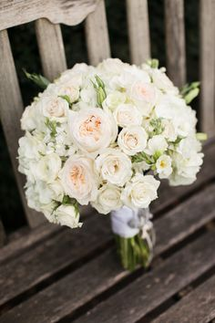 "Freesia, roses branchues, roses ""David-Austin"", lysinathus, forment un joli bouquet de mariée"