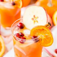 This Thanksgiving Punch made with apple cider, whiskey, fruit juice, brandy, and soda packs the delicious flavors of fall and winter in one delicious holiday drink recipe! Sangria Recipes, Punch Recipes, Alcohol Recipes, Drinks Alcohol, Candy Recipes, Drink Recipes, Alcoholic Drinks, Thanksgiving Punch, Thanksgiving Recipes
