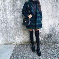 """Instagram media sasimb - Questo cappotto @misspatina mi stava aspettando nell'armadio da fine agosto, ma ha sempre fatto troppo """"caldo"""" per poterlo mettere! Per ora ho pensato a un total black, poi si vedrà . ( Dovete sapere che ho un problema con le fantasie! Non riesco ad abbinarle e per quanto quella scozzese sia un classico dei classici, mi mette in crisi comunque )"""