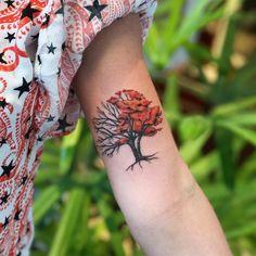 Tatuagem feita por Samantha Sam de São Paulo.    Árvore com metade seca e metade de folhas avermelhadas.