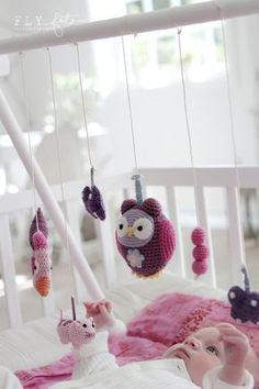 Todas los animalitos en crochet, para que él juegue cuando quiera. ¿Quieres saber cuál es el mejor estímulo para un bebé recién nacido? ¡Los móviles! Mira aquí: http://www.escuelahuggies.com/Creciendologia/Juegos-para-bebes-de-0-a-6-meses-armando-un-movil.aspx
