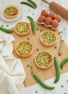 Want an easy, fast and tasty meal? These quiches with peas, bacon and Boursin are perfect for a dinner or a picnic with spring colors and flavors. Batch Cooking, Cooking Recipes, Healthy Recipes, Fast Good, Low Carb Chili, Good Food, Yummy Food, Quiches, Finger Foods