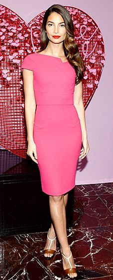 The model looked romantic in a form-fitting fuchsia sheath by Roland Mouret, which she paired with an equally bold, bright pink lip.