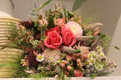 Svadobná kytica z ruží a lúčnych kvetov