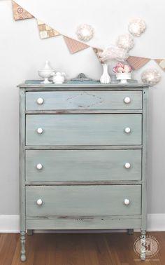 Layered Milk Painted Dresser | Miss Mustard Seed's Eulalie's Sky and Grain Sack - Nu ook te verkrijgen in de Benelux www.maisonmansion.com