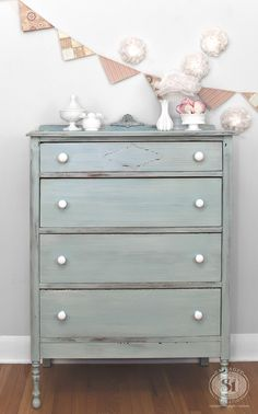 Layered Milk Painted Dresser | Miss Mustard Seed's Eulalie's Sky and Grain Sack - Nu ook te verkrijgen in de Benelux www.maisonmansion.com