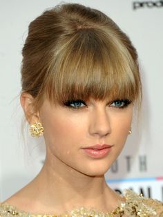 How-to: Taylor Swift's glowy AMAs makeup (um, it's all CoverGirl!): http://beautyeditor.ca/2012/11/21/how-to-taylor-swifts-glowy-amas-makeup-um-its-all-covergirl/