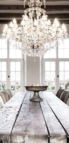 chandelier wooden farm table design kitchen Decoration decor inspiration white shabbychic french brocante vintage distressed interior home Style At Home, Home Design, Design Ideas, Design Hotel, Design Trends, Design Suites, Design Design, Design Elements, Home Luxury