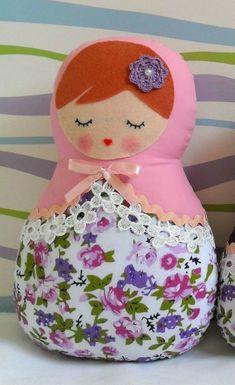 Boneca russa, Matrioska também conhecida como Mamuska.  Confeccionadas totalmente à mão, em dois tecidos de algodão, floral e poá, com detalhes em feltro, guipir, fitas de cetim e flores de crochê.    Ideal para decorar quartos, chá de bebê ou de fraldas, aniversários e outras festas com o tema. ...