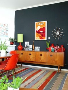Midcentury Modern Decor & Style Ideas: Tips for Interior Design. Midcentury design is one trend that shows no sign of going away. Learn about midcentury modern decor and discover the best ways to incorporate the style Retro Home Decor, Living Room Update, Modern Living Room, Home Decor, Room Decor, Dining Room Decor, Mid Century Modern Living Room, Interior Design, Living Decor