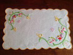Centrino pasquale; ricamo; pulcini; uova; smerlo - embroidery; Easter; chicks; eggs