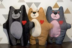 Costura solidaria: ositos para niños refugiados Cat Cushion, Cushions, Pillows, Scooby Doo, Dinosaur Stuffed Animal, Kids Rugs, Pattern, How To Make, Crafts