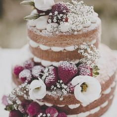 Have you chosen your wedding cake yet? We love the simplicity of this naked Victoria sponge decorated with fresh flowers.. don't you?