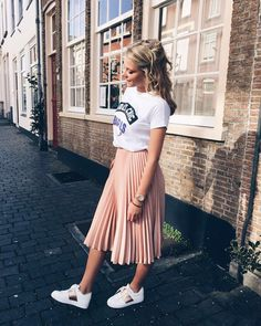 Pleated skirt outfit - H O L Y C H I C 💥 sunnydays yeezlouise pink Stylish Summer Outfits, Spring Outfits, Casual Outfits, Modest Fashion, Skirt Fashion, Fashion Outfits, Pink Fashion, Fashion Fashion, Woman Fashion